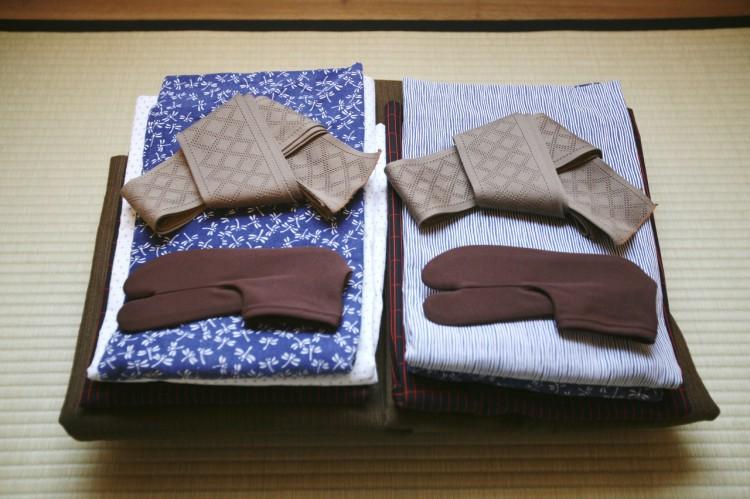 1d07c63ccad 현대 일본인들은 주로 불꽃축제 등의 여름축제가 열릴 때, 이로유카타(=화려한 무늬가 들어간 유카타)를 착용합니다. 료칸에서 준비되어  있는 유카타는 '온천유카타'로 ...
