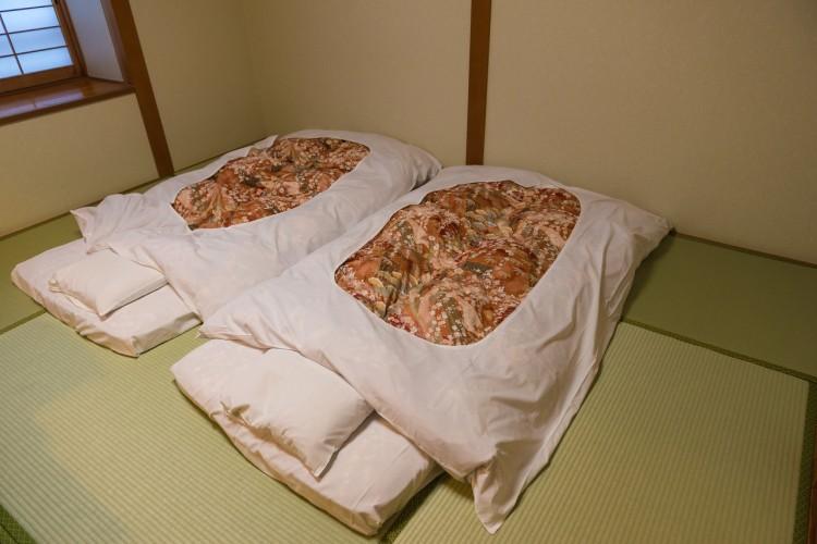 180749dc45d 일반 호텔에서 객실가운을 입고 돌아다니는 것은 매너위반이지만, 료칸에서는 유카타 차림으로 료칸 내부를 돌아다니거나 식사를 하는 것은 매너  위반이 아닙니다.