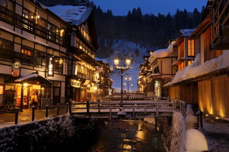 7e1b890a768 료칸은 한자로 旅館(여관)이라고 씁니다만, 한국에서 말하는 '여관'과는 전혀 개념이 다른 것입니다. 료칸이란, 여행자가 요금을 지불하고  식사 및 숙박하는 일본의 ...
