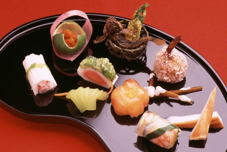 fc797cd77b1 따뜻하게 먹는 요리는 중간에 내어주는 경우도 많습니다. 일본은 철처한 1인분 문화로 밥 빼고는 리필이 불가능합니다. 단무지마저도 리필이  안 돼요.